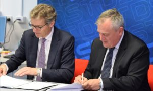 Professor Peter Hoj and Chief Defence Scientist Dr Alex Zelinsky signing the collaboration agreement. Image courtesy of DST